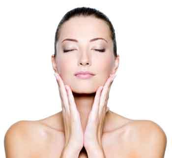 Le massage et la gymnastique faciale pour retarder les rides